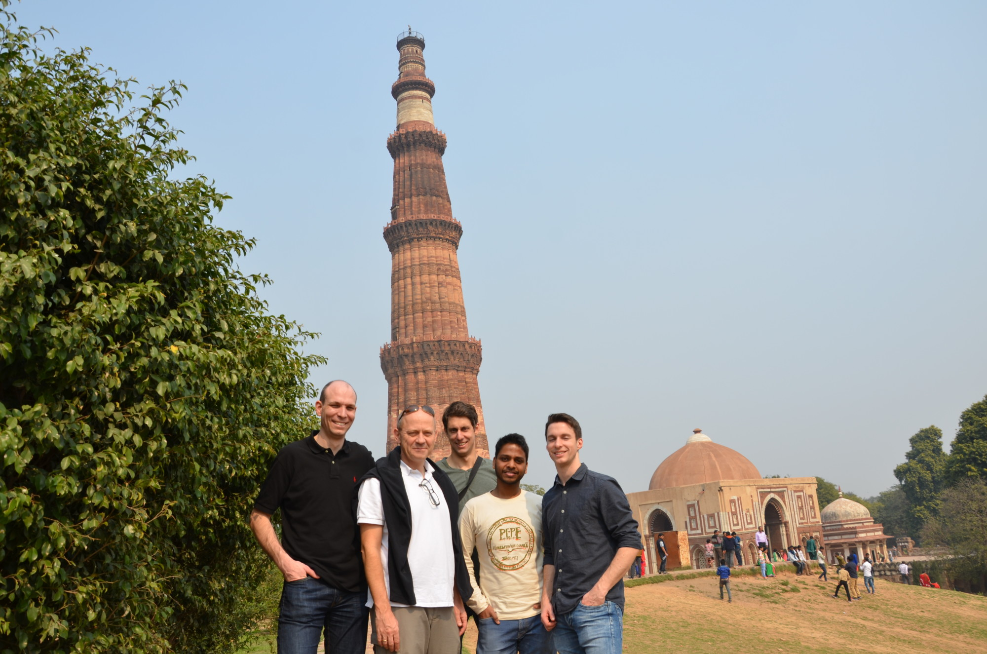 Group photo of five researchers from the technical faculties at Friedrich-Alexander-Universität Erlangen-Nürnberg and the Indian Institute of Technology Delhi visiting Qutb Minar.