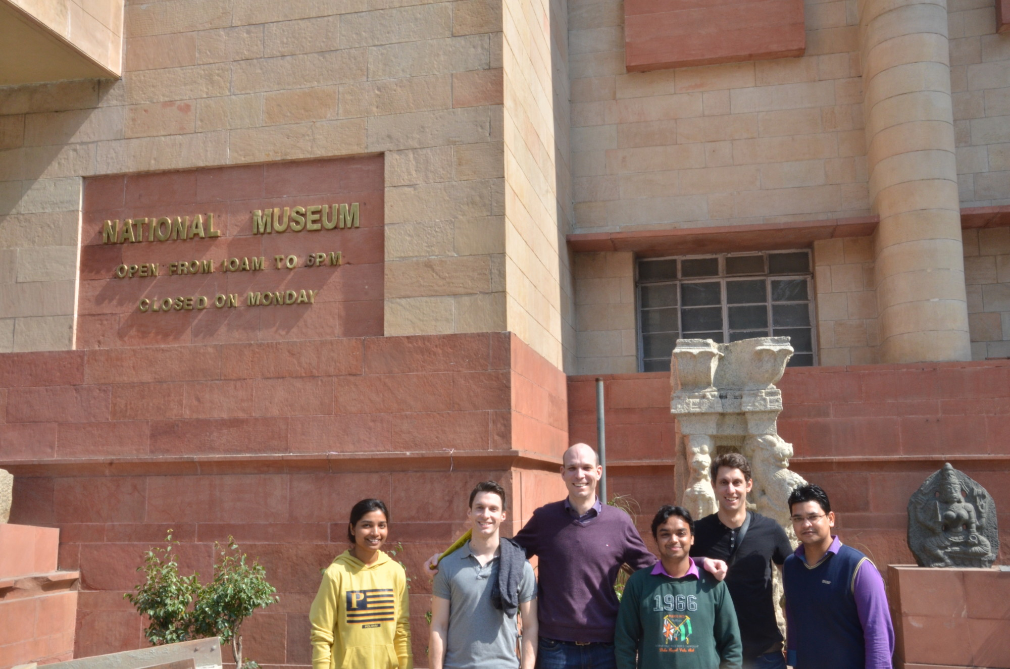 Group photo of six researchers from the technical faculties at Friedrich-Alexander-Universität Erlangen-Nürnberg and the Indian Institute of Technology Delhi visiting the National Museum in Delhi.