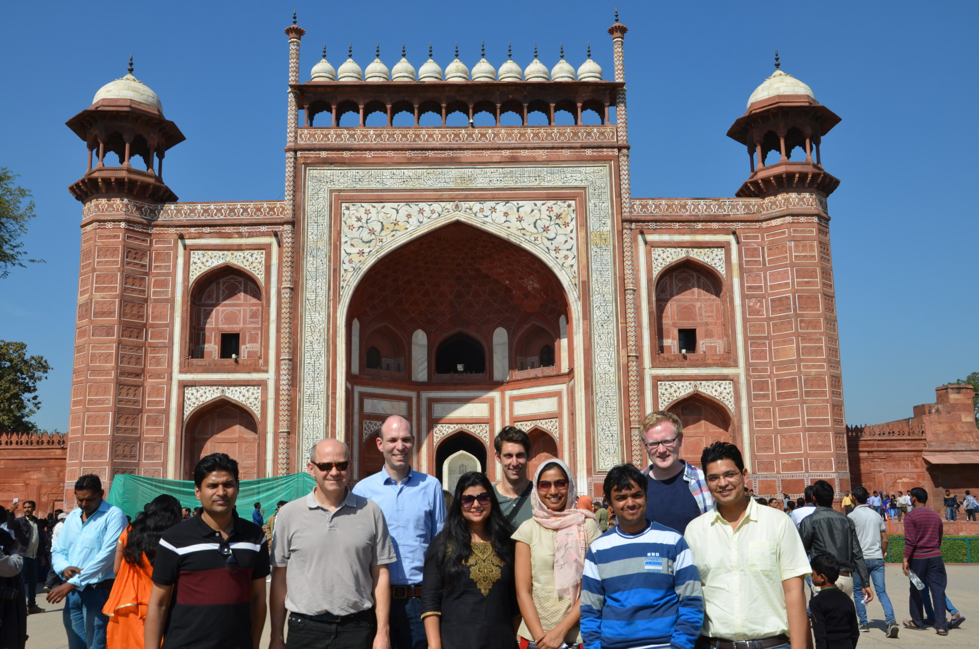 Group photo of nine researchers from the technical faculties at Friedrich-Alexander-Universität Erlangen-Nürnberg and the Indian Institute of Technology Delhi visiting Humayun's Tomb.
