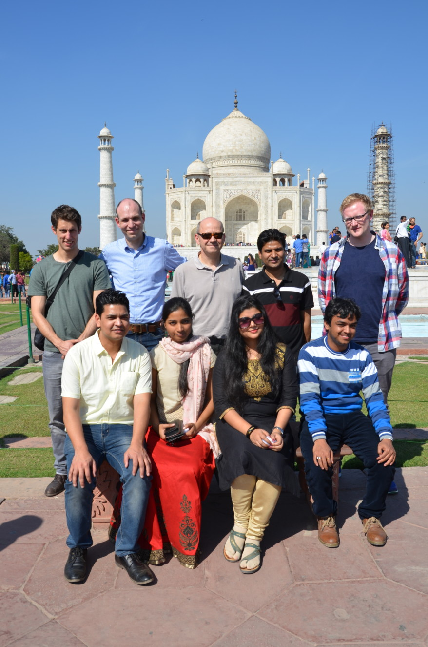 Group photo of nine researchers from the technical faculties at Friedrich-Alexander-Universität Erlangen-Nürnberg and the Indian Institute of Technology Delhi visiting Taj Mahal.