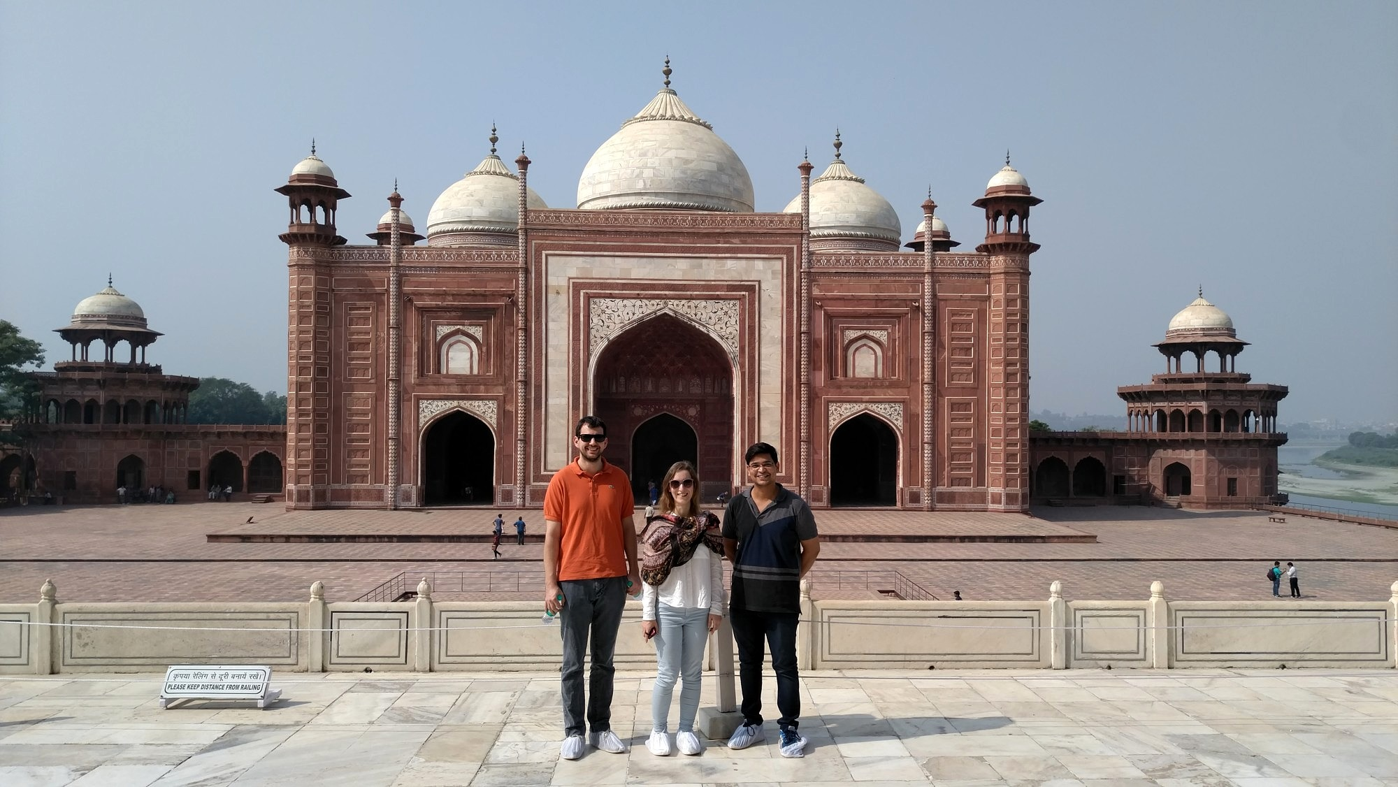 Group photo of three researchers from the technical faculties at Friedrich-Alexander-Universität Erlangen-Nürnberg and the Indian Institute of Technology Delhi visiting Taj Mahal.